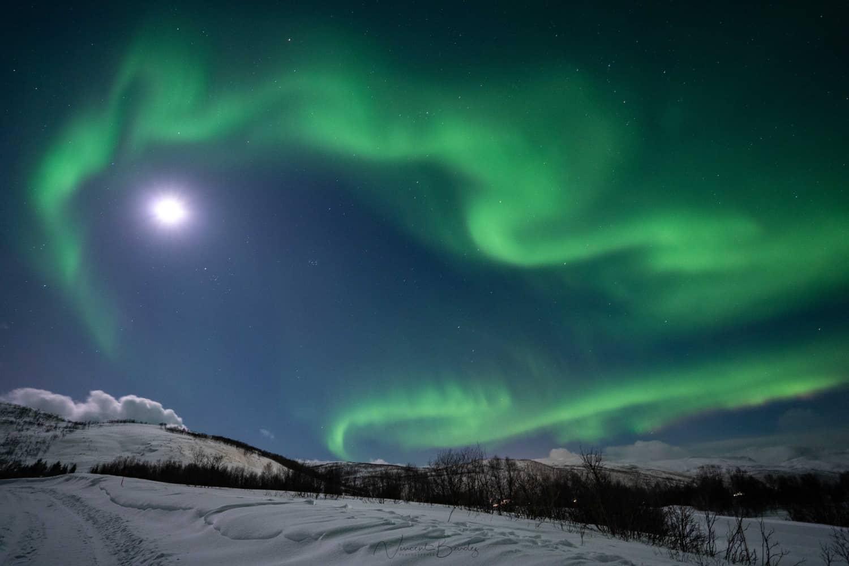 aurores boréales et pleine lune