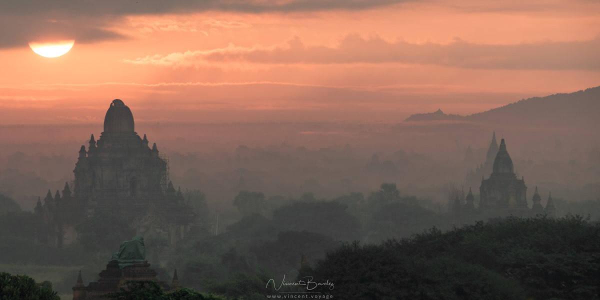 lever de soleil temples de Bagan en Birmanie