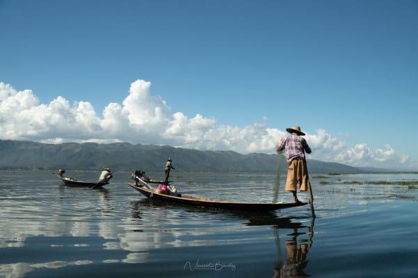 pecheurs du lac Inle en Birmanie sur leur pirogue