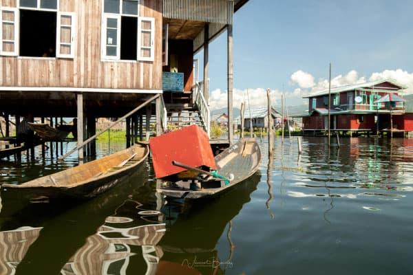 maisons sur l'eau au lac inle en Birmanie