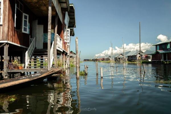 maison dans l'eau sur pilotis lac inle Birmanie