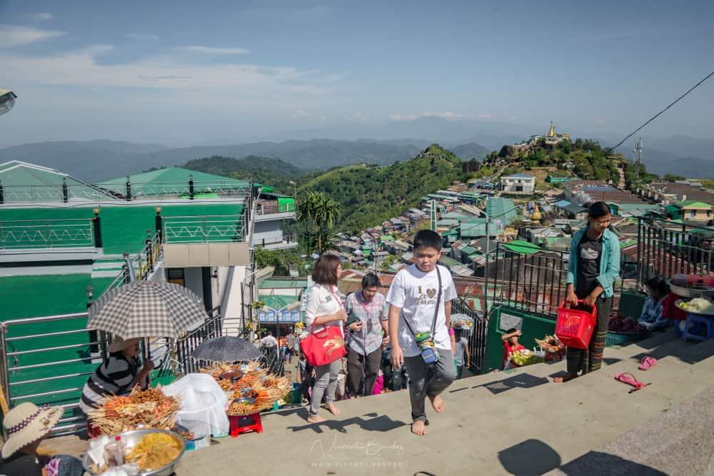 Rocher d'or mont kyaiktiyo birmanie marché