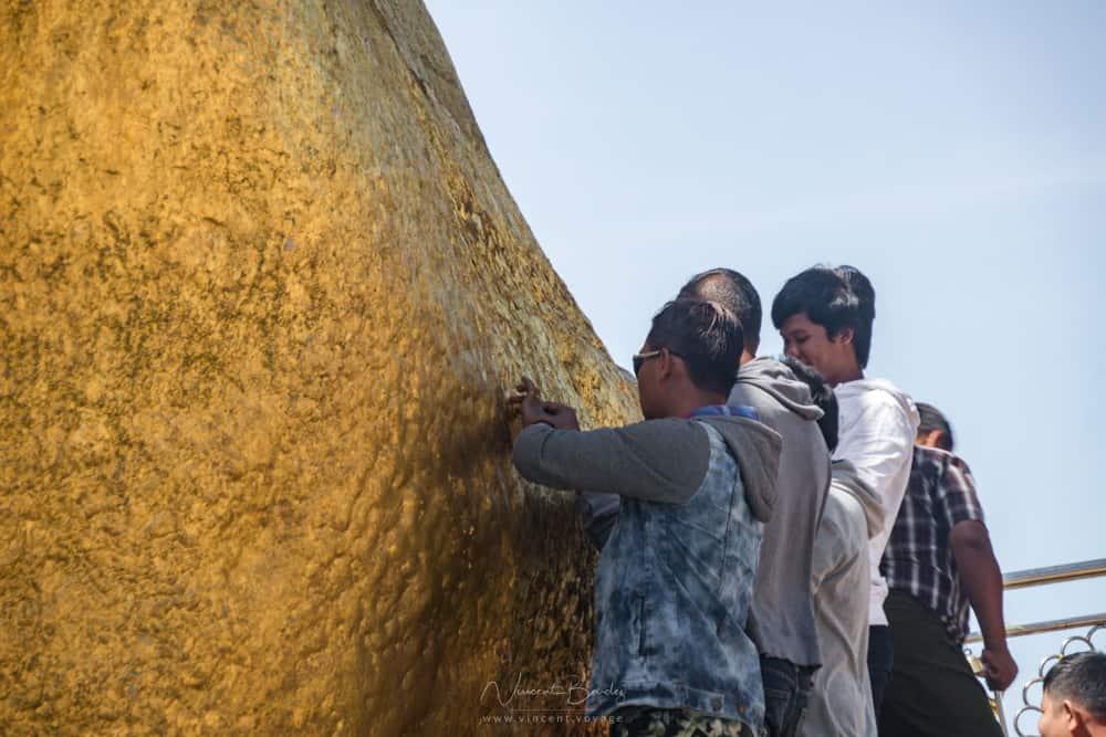 Rocher d'or mont kyaiktiyo birmanie feuilles d'or