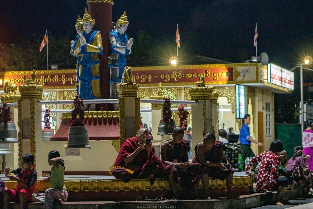 Rocher d'or mont kyaiktiyo birmanie nuit