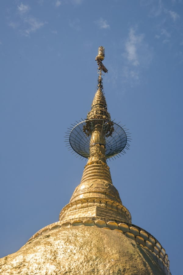 Rocher d'or mont kyaiktiyo stupa birmanie
