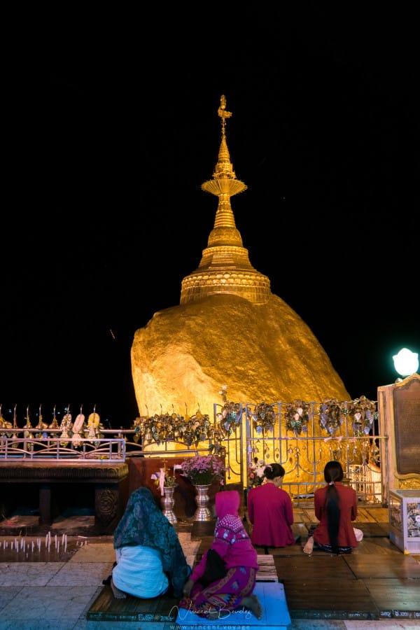 Rocher d'or mont kyaiktiyo birmanie prière