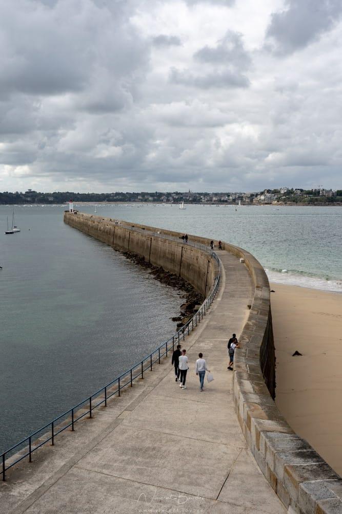 le phare du mole des noires à Saint Malo en Bretagne