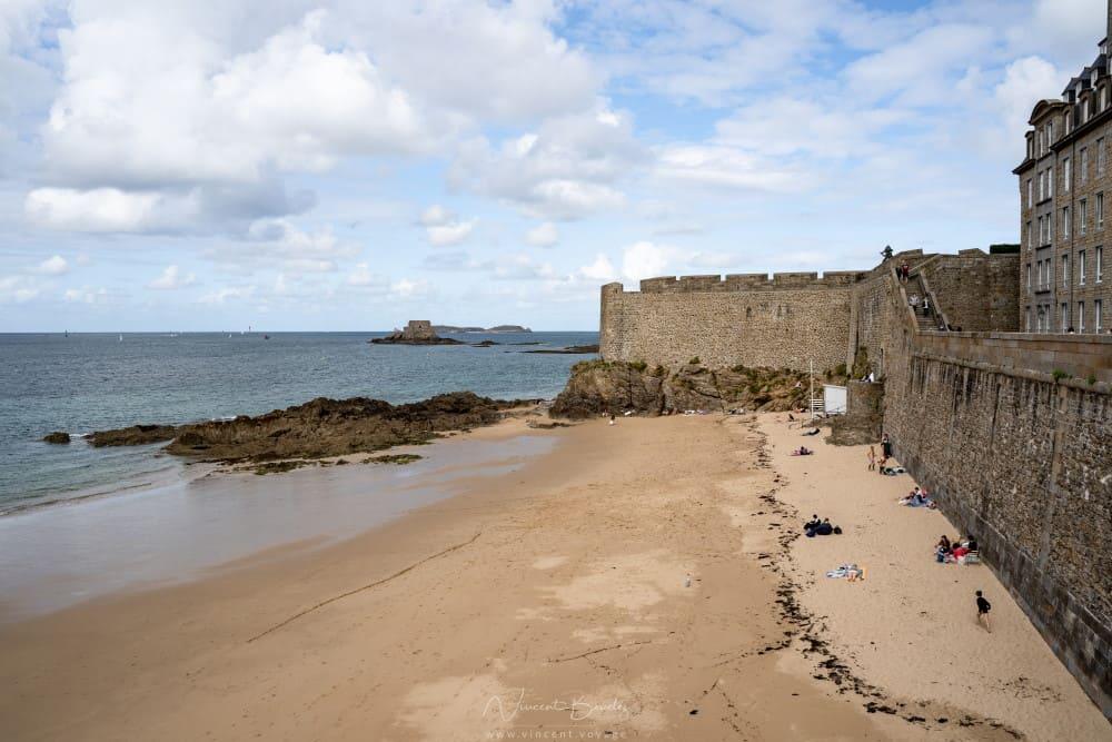 Vue sur la plage du mole à saint malo et les remparts