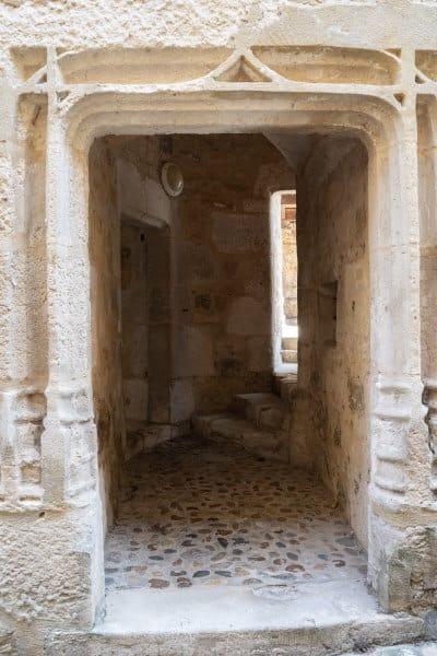 entrée immeuble Puy l'évêque dans le Lot
