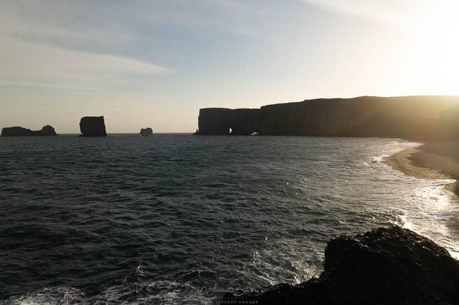 Les falaises de Dyrholaey au coucher de soleil en Islande