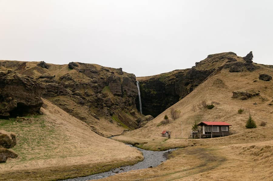 cascade et maison au coeur de l'Islande