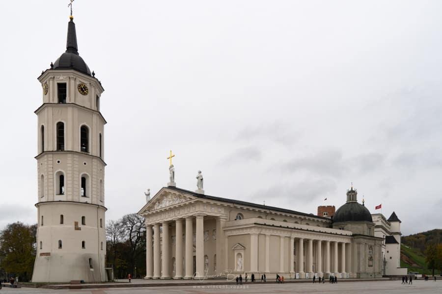esplanade et cathédrale de Vilnius en Lituanie