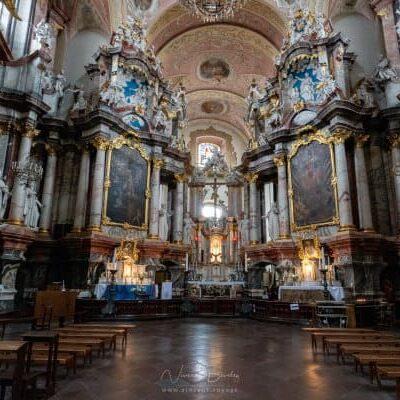 l'intérieur d'une église de vilnius en Lituanie