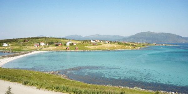 eau turquoise des iles lofoten en norvege en été