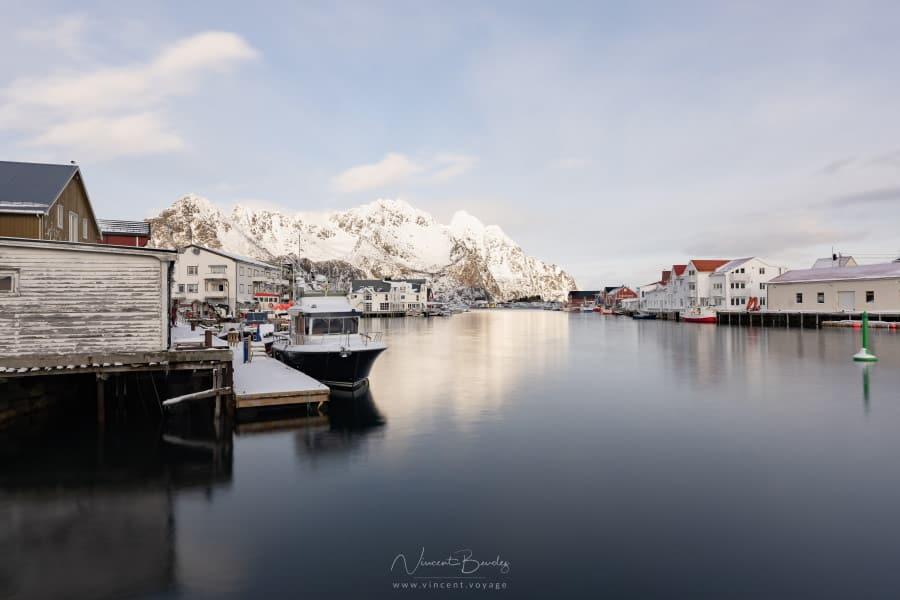le village d'henningsvaer dans les iles lofoten en hiver