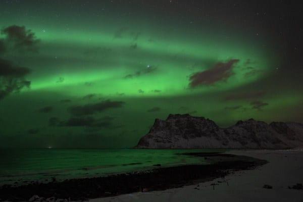 Aurores boréales sur la plage d'Uttakleiv iles Lofoten Norvège