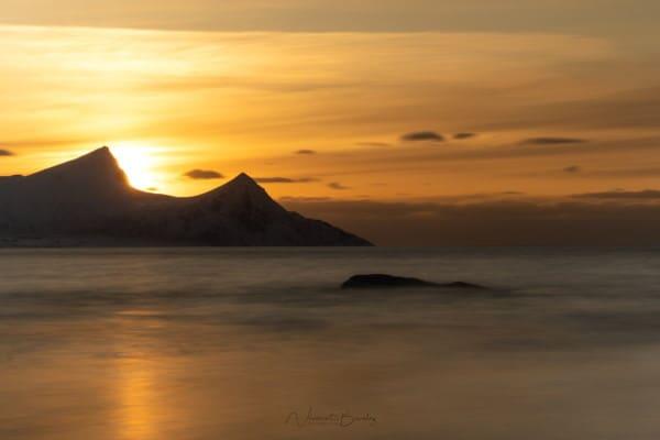 Coucher de soleil sur la plage de Vik aux iles Lofoten en Norvège