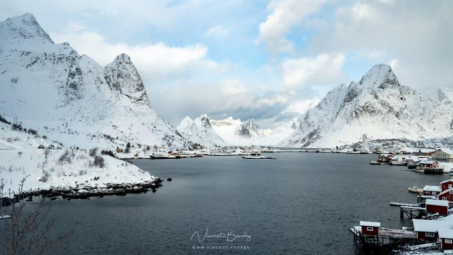 vue de Reine en hiver dans les iles lofoten, en norvege