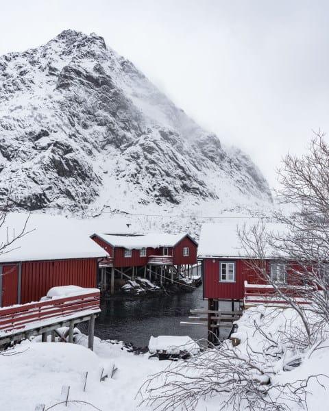 Village de A i lofoten avec les montagnes en hiver