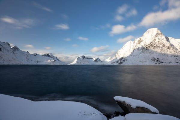 fjord et montagnes dans les iles lofoten en Norvège