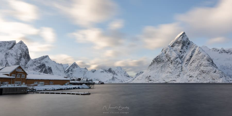vue du village de Sakrisoy dans les iles lofoten en hiver