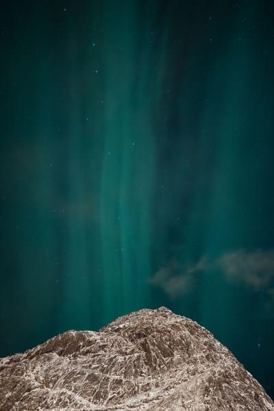 aurores boréales aux iles lofoten en norvege au dessus d'une montagne