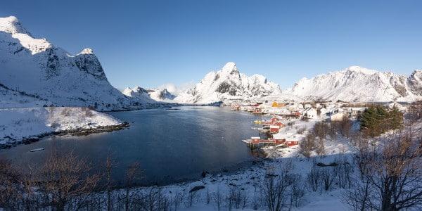 vue sur le village de Reine dans les iles Lofoten en hiver