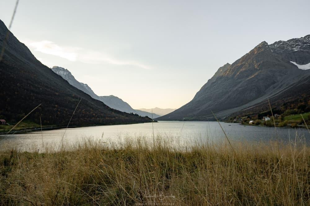Fjord dans les lyngen alpes à Tromso en norvège