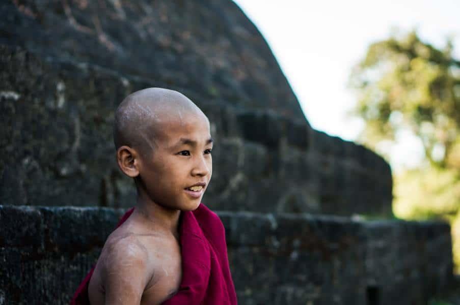 Jeune moine Mrauk U Birmanie Myanmar temples | Blog Vincent Voyage